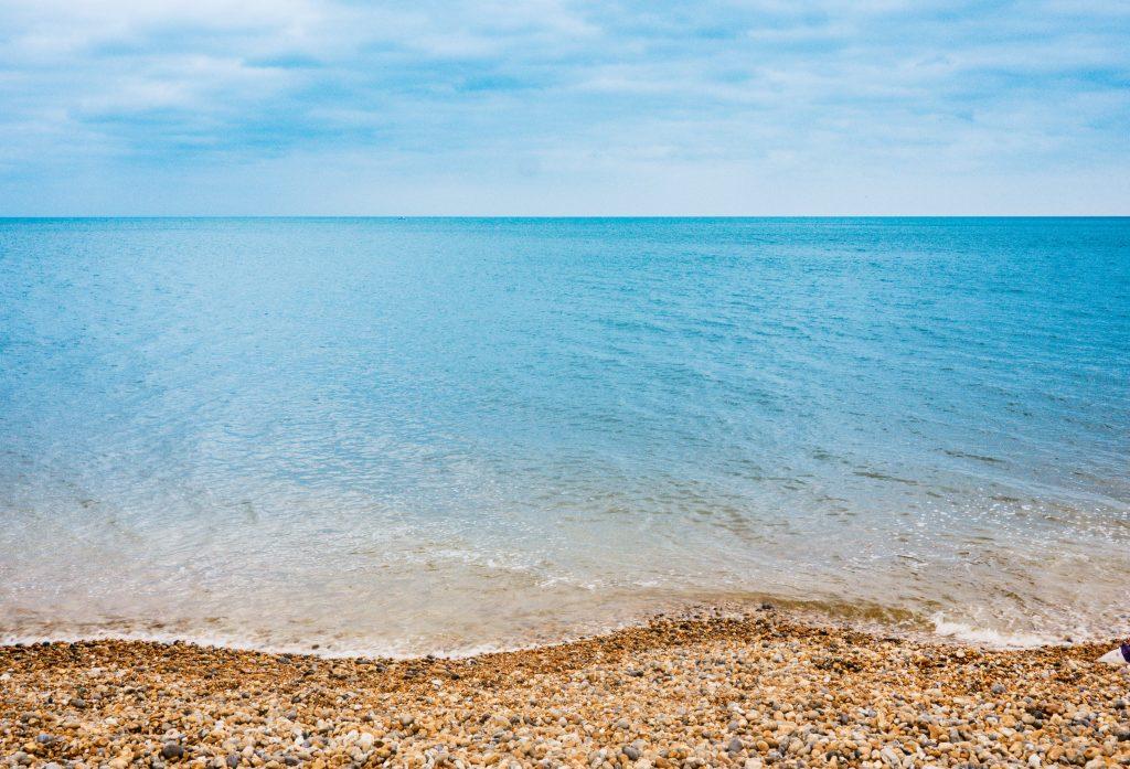 Ola estrellándose en la orilla
