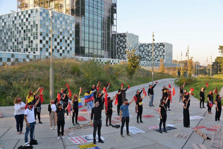 Performance ante la CPI en La Haya. Imagen de Johana Muñoz