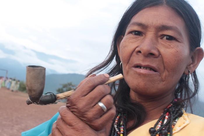 Mujer fumadora. Tradición Yukpa. Imagen de Paula Rodríguez