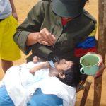 Guerrillera atiende a menor en Los Quingos, Cauca, Colombia.