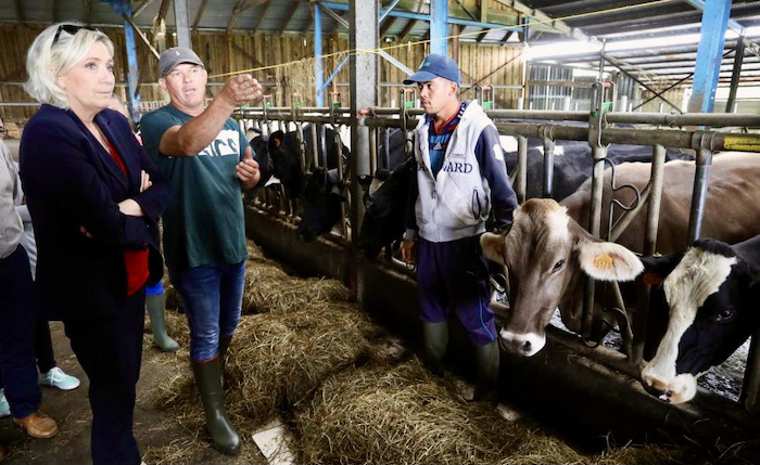 Marine Le Pen con granjeros de Isla Reunión. Imagen de Richard Bouhet, AFP