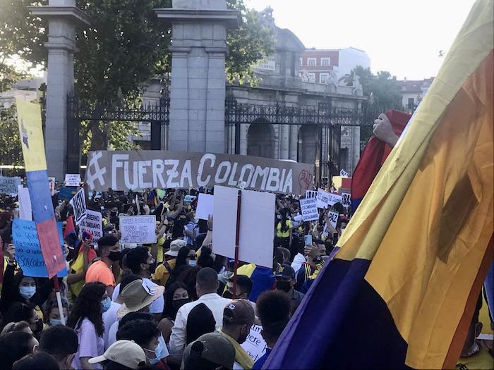 Colombianidad protestando en la Puerta de Alcalá, Madrid